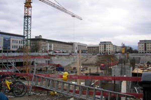 Včera práce na žilinskom Auparku pokračovali. Stavebník ich zastaví dnes o polnoci, keď uplynie termín, ktorý má, aby vyhovel rozhodnutiu stavebného úradu.