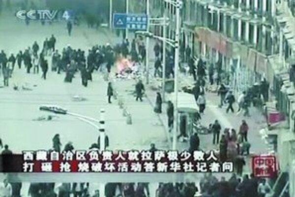 Zásah čínskych jednotiek proti tibetským demonštrantom priniesol už stovku obetí. V odrezanej metropole Lhasa hliadkujú vojaci.