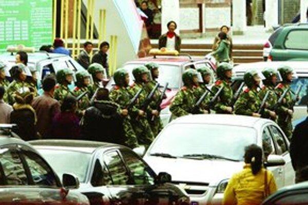 Čínska vláda nasadila v tibetskom hlavnom meste tisícky vojakov. Po vypršaní ultimáta, ktoré dala Tibeťanom, začali ozbrojenci zatýkať demonštrantov.