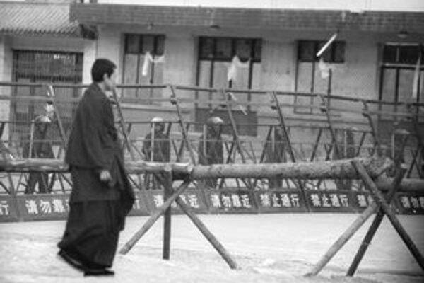 Čínske jednotky už nekontrolujú iba tibetskú metropolu Lhasa, ale i okolité provincie.
