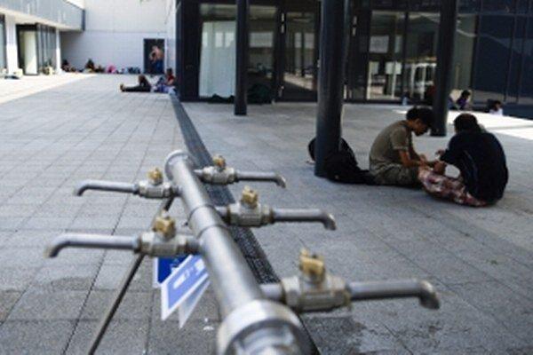 Budapešť - Migranti odpočívajú v tranzitnom priestore určenom pre migrantov pred železničnou stanicou Keleti.