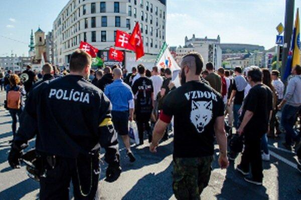 Účastníci protestu proti islamizácii Európy.