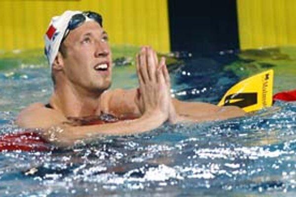 Francúz Alain Bernard reaguje na svoj svetový rekord na 50 m voľným spôsobom.