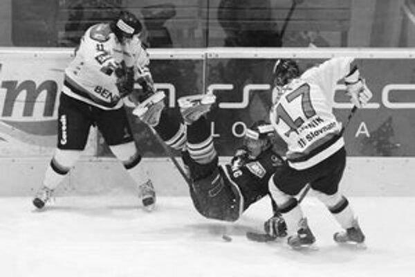 Slovanista Andrej Kmeč padá po ataku Žilinčanov Juraja Lišku (vľavo) a Martina Hajnika. Slovan – Žilina 3:1