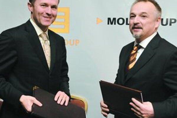 Generálny riaditeľ ČEZ Martin Roman a predseda MOL Group Zsolt Hernádi podpísali zmluvu o založení podniku zameraného na budovanie plynových elektrární.