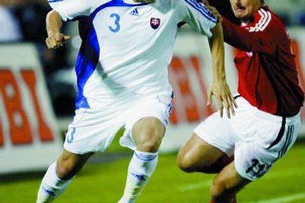 Martin Škrtel (vľavo) v súboji s Nemcom Miroslavom Klosem v kvalifikácii Euro 2008.