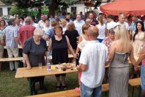 Pri spievaní piesne Slovenská rodná dedina sa všetci prítomný pochytali za ruky a vytvorili tak živú reťaz spolupatričnosti k rodnej obci.