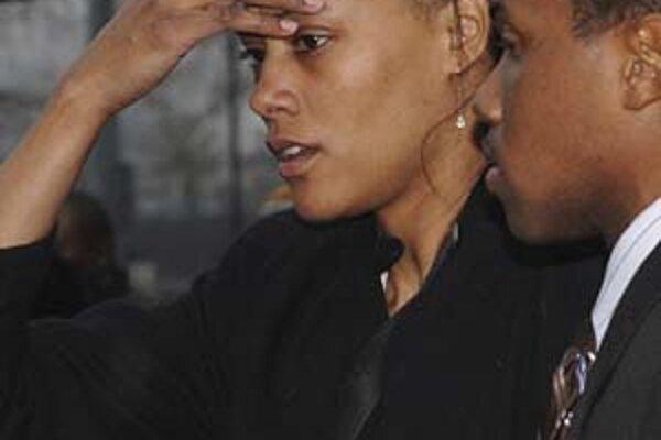 Marion Jonesová odchádza zo súdu v sprievode manžela Obadele Thompsona.