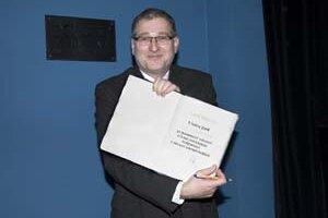 Peter Dubecký (1957) - ukončil štúdium filmovej vedy na VŠMU v Bratislave. Od roku 1985 pracuje v Slovenskom filmovom ústave, ktorého riaditeľom sa stal v roku 1998. Je koordinátorom medzinárodného filmového festivalu Dni európskeho filmu, dramaturgicky s