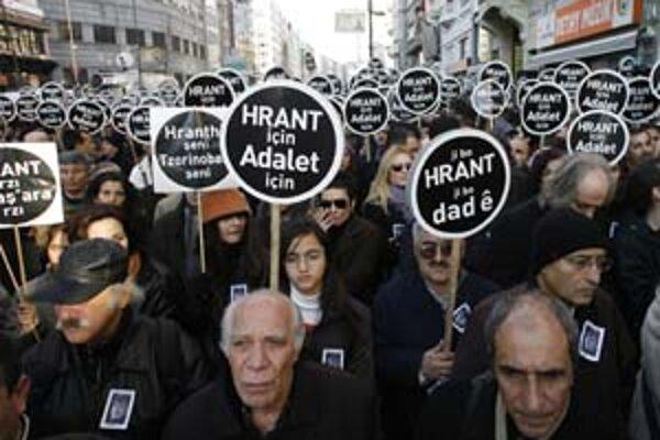 V centre Istanbulu sa zišli desiatky demonštrantov a žiadali vyšetrenie vraždy arménskeho novinára Hranta Dinka.