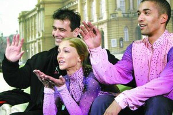 Aljona Savchenková (23), rodáčka z Kyjeva, ktorá má nemecké občianstvo od r. 2003, a Robin Szolkowy (28), syn tanzánijského predka, vľavo ich tréner Ingo Steuer. Na ME od r. 2005 postupne štvrtí, druhí a dvakrát prví, na MS dvakrát šiesti a tretí.