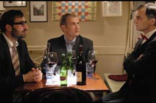 Jiří Macháček (vľavo), Roman Luknár a Ivan Trojan. Vo filme Medvídek hrajú troch kamarátov. Je toho veľa, čo by si mohli vydiskutovať, ale počas filmu na to nemali čas.