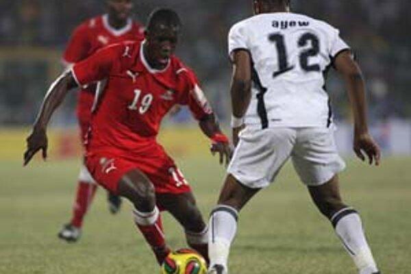 Ghančan Andre Ayew (vpravo) sa snaží zastaviť Namíbijčana Lazarusa Kaimbiho. Zo súboja Ghana – Namíbia (1:0) na Africkom pohári národov v Accre.