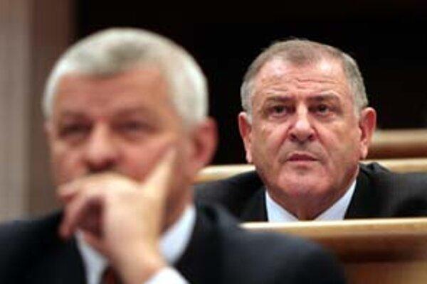 Tibor Mikuš (vľavo) si od Vladimíra Mečiara v parlamente odsadne. Hlasovať by však mali stále spoločne.