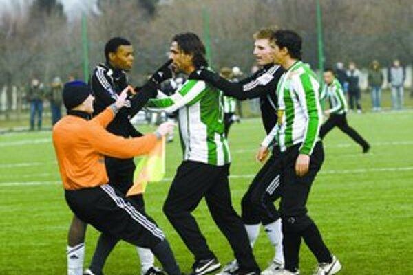 Vášne medzi Guédem z Artmedie (vľavo) a Lipcseiom z Ferencvárosu sa pokúša hasiť rozhodca Slyško a Piroška (druhý sprava). Artmedia - Ferencváros (2:0).