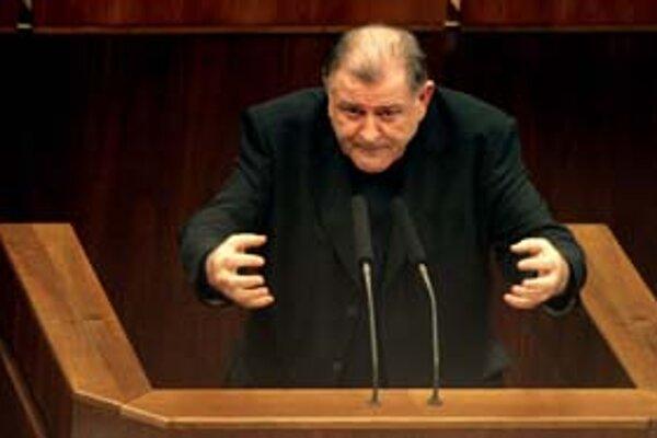 Predseda HZDS Vladimír Mečiar včera označil zmluvu o privatizácii SPP za neplatnú.