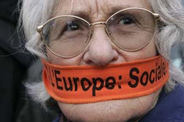 """""""Chceme vyjadriť svoj názor,"""" žiadali počas schvaľovania zmluvy desiatky Francúzov. Zmluva podľa nich ohrozuje štedrý sociálny systém krajiny."""