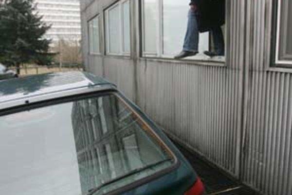 Cez toto okno ušiel Roman Červenka.