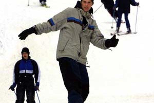 Stretnutia snoubordistov a lyžiarov na svahu bývajú niekedy bolestivé.