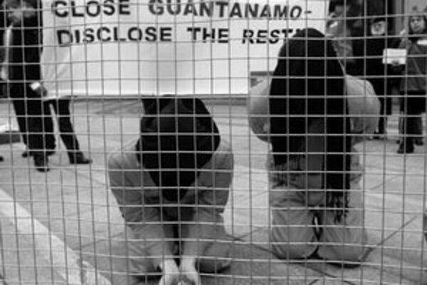 Zatvorenie Guantánama žiadajú aktivisti na celom svete.Protesty boli aj v Berlíne.
