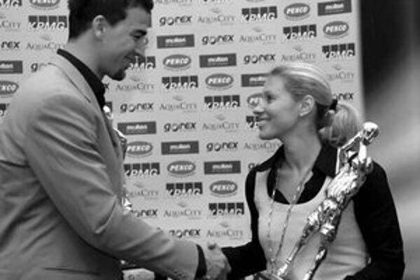 Zuzana Žirková z Gambrinusu Sika Brno a Radoslav Rančík z ČEZ Basketball Nymburk si navzájom gratulujú k prvenstvu v ankete.