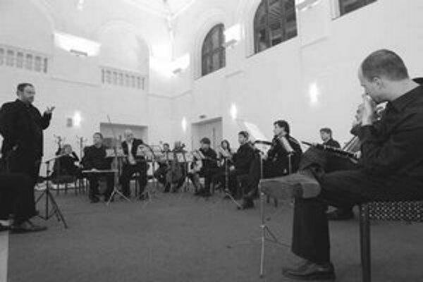 Súčasná zostava súboru Veni ensemble počas skúšky na koncert.