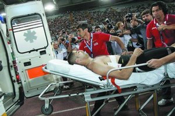 Francúz Salim Sdiri (29), tretí na halových majstrovstvách Európy 2007 a piaty na letnom svetovom šampionáte 2005: ako zdravý skokan (dole) a tiež ako obeť nepodareného hodu oštepára na lanskom mítingu Zlatej ligy v Ríme.