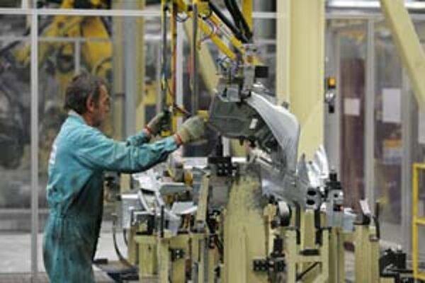 Nemecké firmy chcú rozširovať výrobu. V nových halách však nebudú mať koho zamestnať. Na fotke pracovníci závodu Volkswagen.