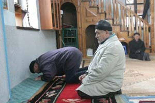 Na modlitbe v mešite v albánskej časti Mitrovice bolo minulú sobotu na poludnie iba niekoľko veriacich. Mladí Kosovčania v tom čase pripravovali všetko na veľkú párty, ktorou chceli osláviť nezávislosť.