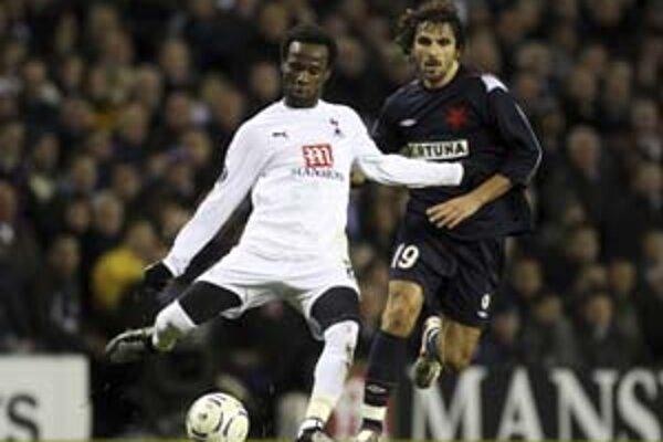 Matej Krajčík (vpravo) bojuje o loptu s Pascalom Chimbondom z Tottenhamu.