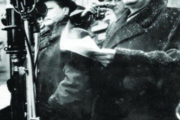 Klement Gottwald na Staromestskom námestí oznámil davu víťazstvo komunistov. Vpravo stojí neskôr popravený Vladimír Clementis.