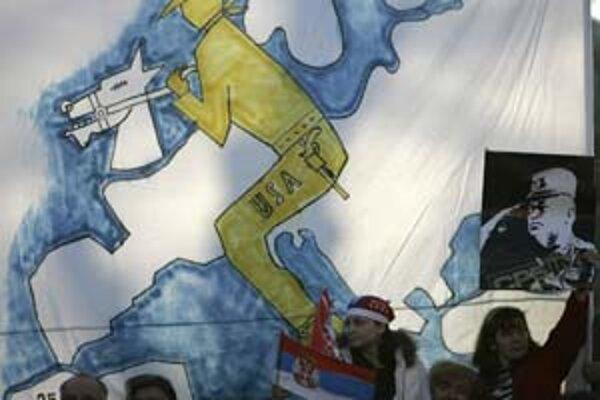 Demonštranti vo štvrtok v Belehrade mávali aj portrétmi generála Ratka Mladiča, strojcu masakry v Srebrenici.