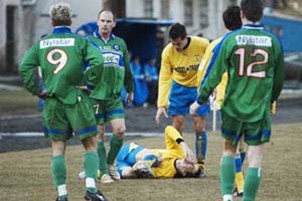 Zranený Stanislav Kišš leží v bolestiach na zemi. Fauloval ho hráč (číslo 9) Humenného Martin Mikulanin.