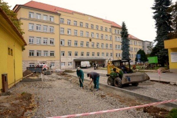 Pri hlavnej bráne nemocnice prebiehajú stavebné úpravy, ktoré si vyžiadali dopravné obmedzenia.