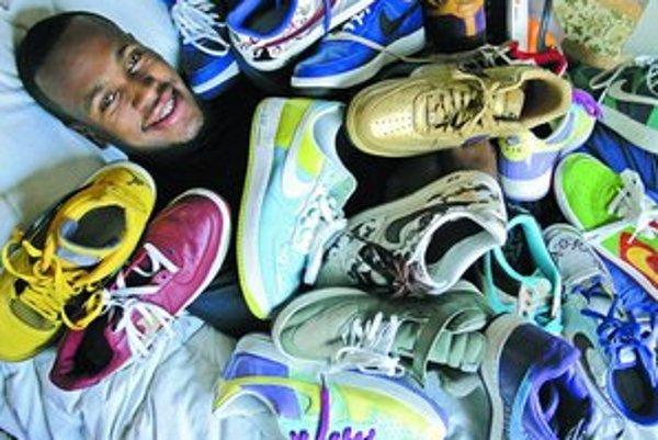 Kalifornský basketbalista NBA Patrick Christopher vo vankúši bôt firmy Nike.