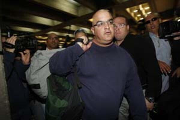 Omri Šaron nastúpil do väzenia za nelegálne financovanie kampane svojho otca.