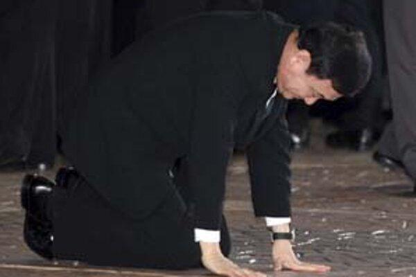 Bývalý thajský premiér Thaksin Šinawarta pri návrate domov sa na letisku za jasotu tisícov stúpencov čelom dotkol rodnej zeme.