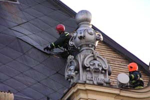 Vietor poškodil tiež strechu na nitrianskom súde, hasiči ju museli upevniť.