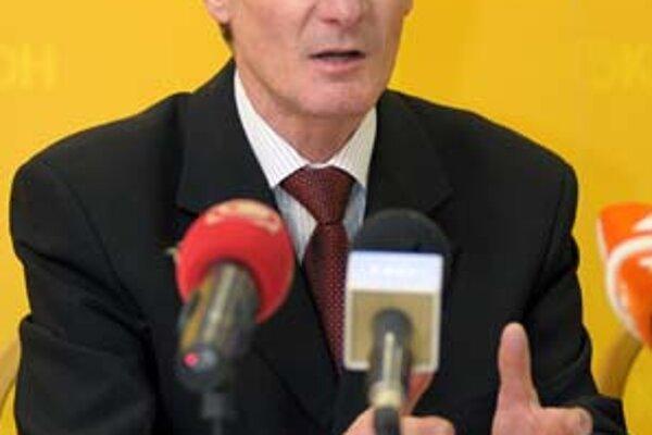 Pavol Hrušovský sa nadýchol a chce potiahnuť stranu.