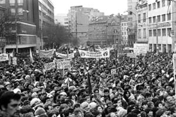 Na bratislavskom Námestí SNP, kde sa novembrové udalosti v hlavnom meste predovšetkým odohrávali, bude v sobotu spomienkové podujatie opozície.
