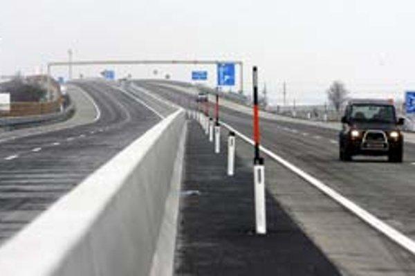 Nová rakúska diaľnica A6 po niekoľkých rokoch spojí Viedeň s Bratislavou. Pre motoristov bude prejazdná od zajtra od deviatej hodiny.