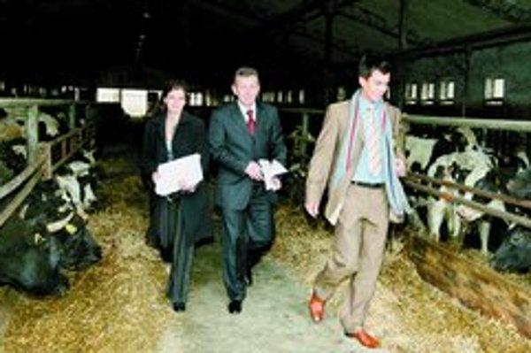 Minister Jureňa včera prekvapil všetkých novinárov. Zavolal ich do maštale. Okrem pohľadu na kravy im ponúkol aj borovičku, víno alebo skalický trdelník.