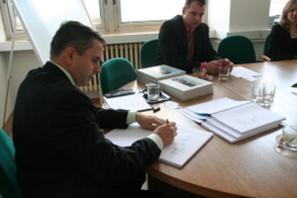 Primátor Malaciek Jozef Ondrejka podpisuje zmluvu o odkanalizovaní.