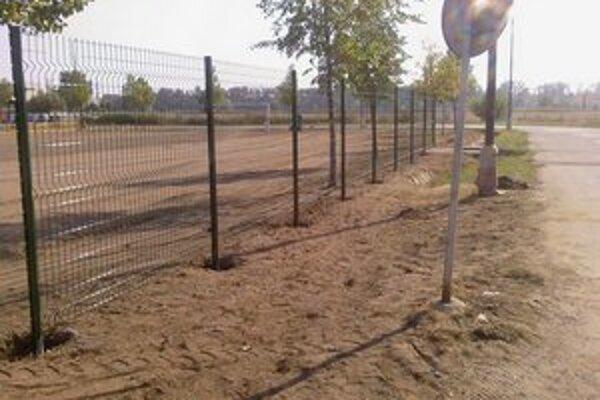 Časť oplotenia futbalového ihriska zničili vandali.