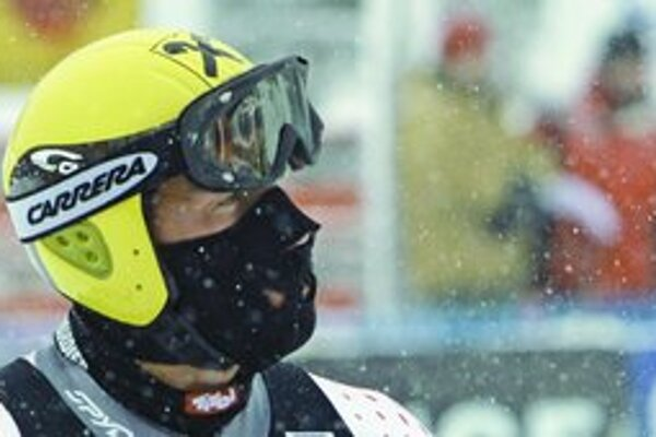 Američanka Mancusová si v zjazde v Lake Louise zahalila každý kúsok kože na tvári, lebo teplota spadla až k mínus dvadsiatim stupňom.