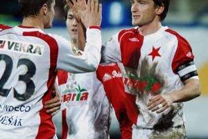 Vladimír Šmicer (vpravo) prijíma gratulácie od Ladislava Volešáka a Milana Ivanu (v strede) ku gólu do siete Kladna. Slavia vyhrala 1:0 a bude zimovať na čele českej ligy.