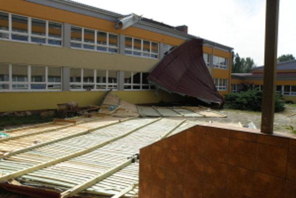 Silná búrka strhla strechu školy.