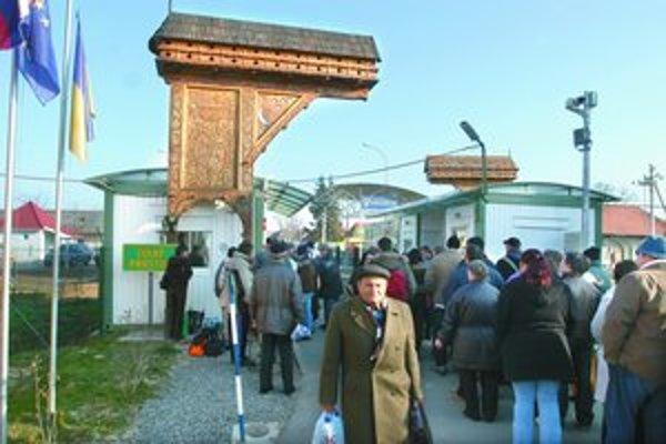 Predvianočná nákupná horúčka a nízke ceny ukrajinských tovarov lákajú do Veľkých Slemeniec tisícky obyvateľov z južného Zemplína.