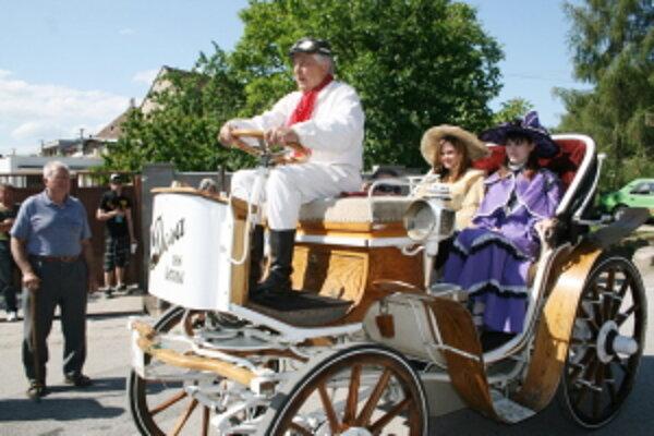 Krásne historické autá sa vydali na cestu.