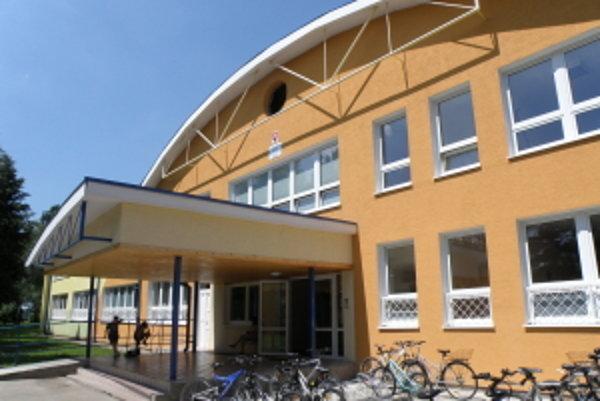 Škola v Gbeloch prichýli deti aj počas prázdnin.